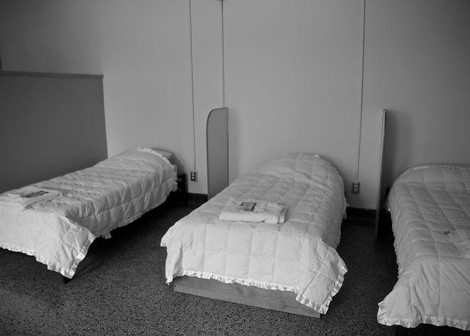 trois lits avec couverture et serviette