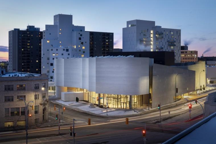 Le centre d'art Qaumajuq au coin des rues Memorial et St. Mary. L'édifice ressemble à un glacier.