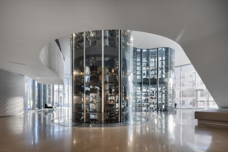 À l'intérieur du centre d'art Qaumajuq, on peut voir le plancher de verre autour de la voûte.