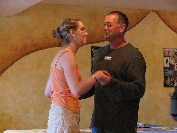 une petite danse avec papa.JPG