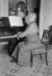 Teresa au piano.jpg