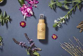 Facial sérum, presse, bambou, bio, éco cert, cosmétique à base d'huile de graines de chanvre, l'aloe vera, l'huile de jojoba, le beurre de karité, la rose musquée, l'huile d'olive