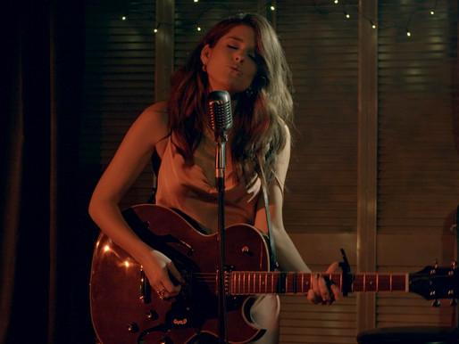 Brittany Kennell lance le vidéoclip de sa nouvelle chanson Drunk Lips et s'ajoute à Lasso 2021!