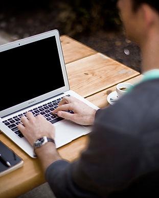 Digitando no laptop
