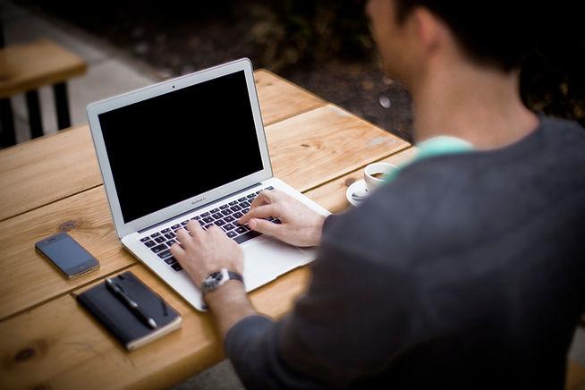 Tippen auf dem Laptop