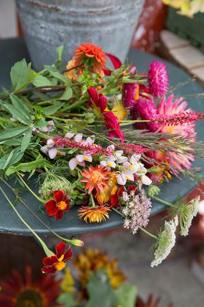 En spand med friske blomster