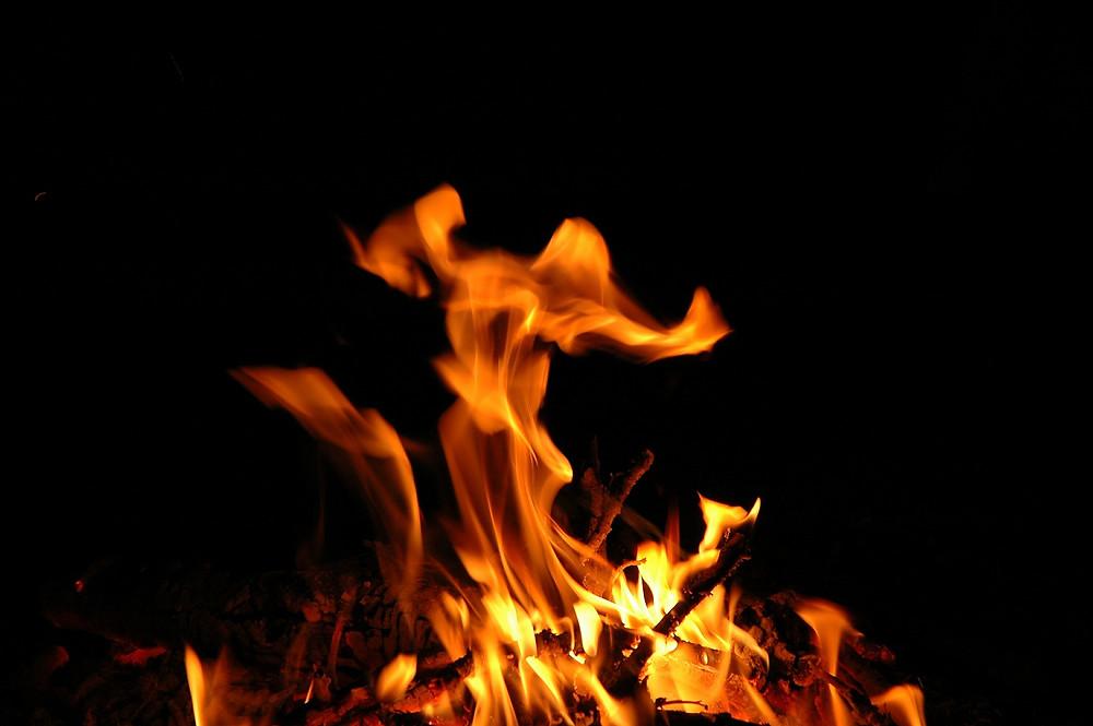 燃え盛る炎の画像