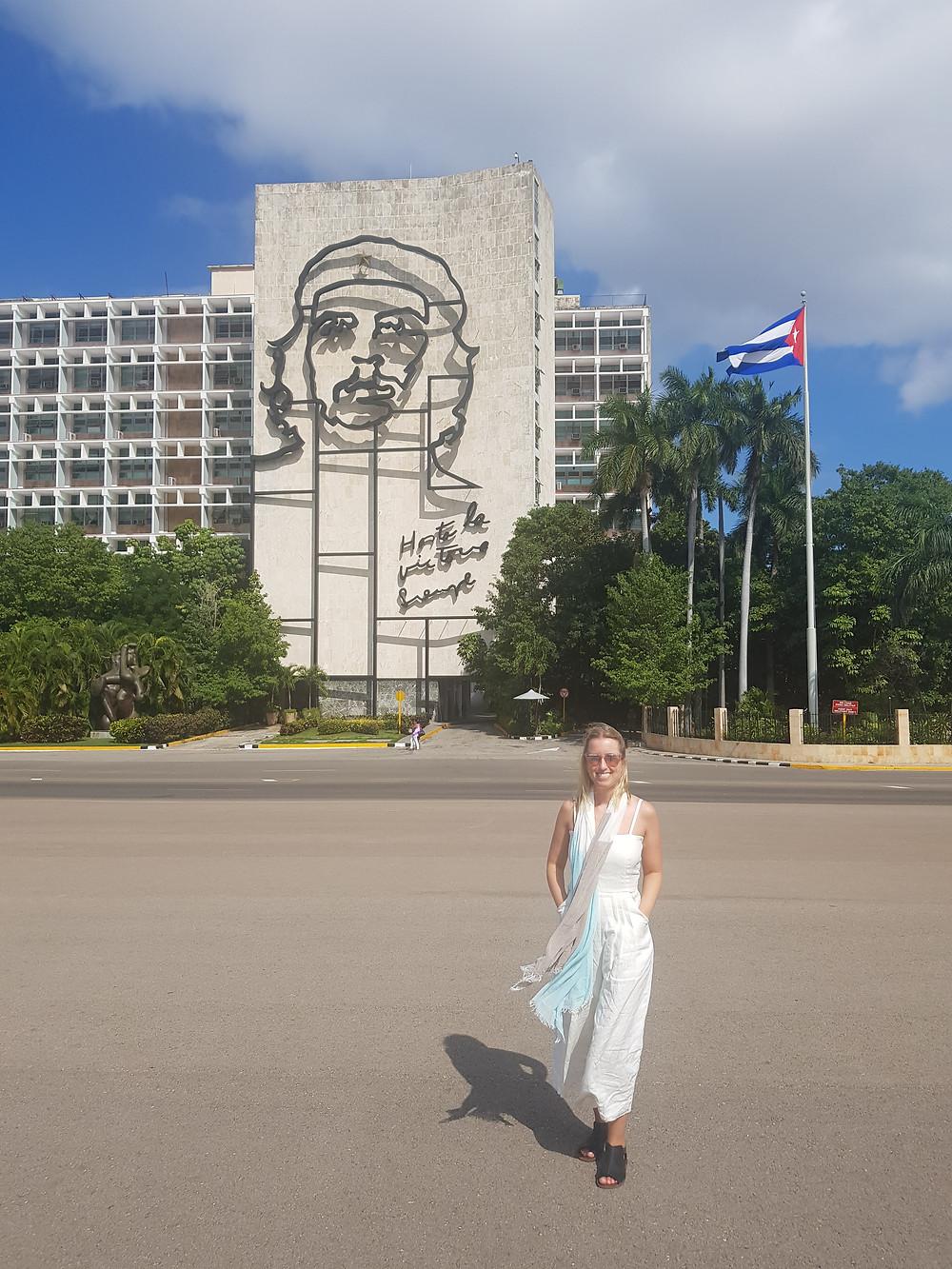 Ao fundo da foto a imagem de Che Gevara na Plaza de La Revolución