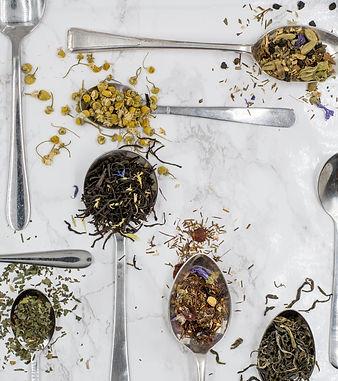 Mischungen aus Tee, Kräuter und Gewürzen.