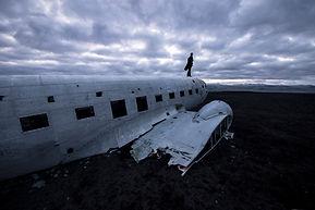 Solitude et contemplation devant un désert depuis l'épave d'un avion DC3 en Islande.