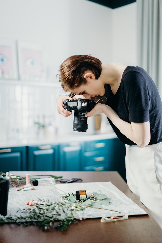 fotografo tomando fotos de productos