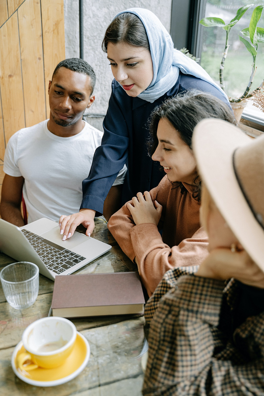Un grupo de jovenes profesionales colaboran.
