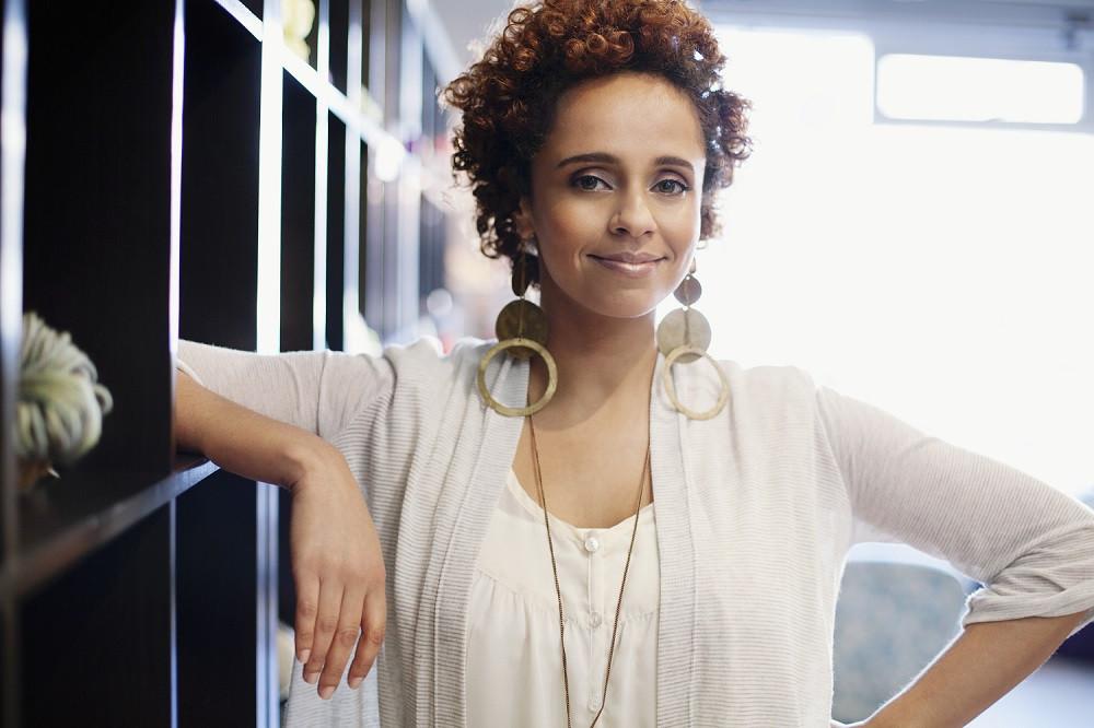 mujer emprendedora decidida al negocio del futuro