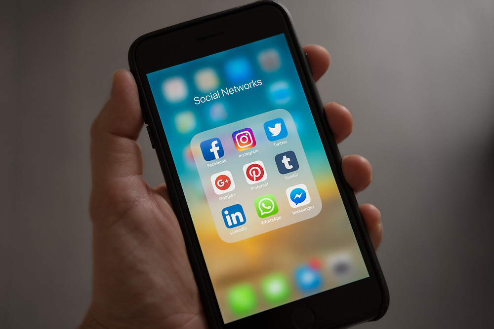 telefono movil, pantalla con redes sociales.