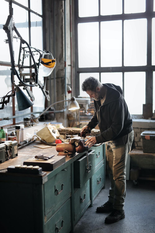 Hombre laborando su marca - trabajando en su empreza