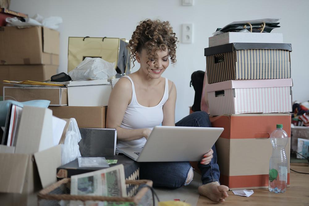 muchacha dejando reviews de compra en la computadora