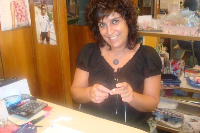 Paola lavora ad uncinetto.jpg