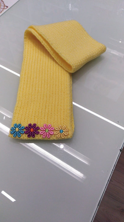 Sciarpa bimba gialla rifinita con passamaneria a fiori cm 86x10