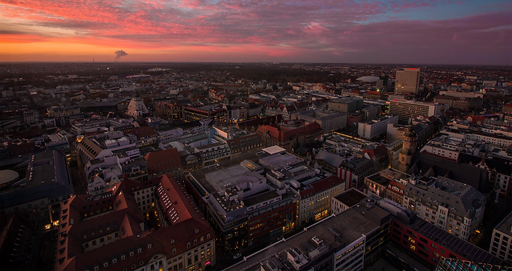 Pinkfarbener Himmel in der Dämmerung über der Skyline von Leipzig.