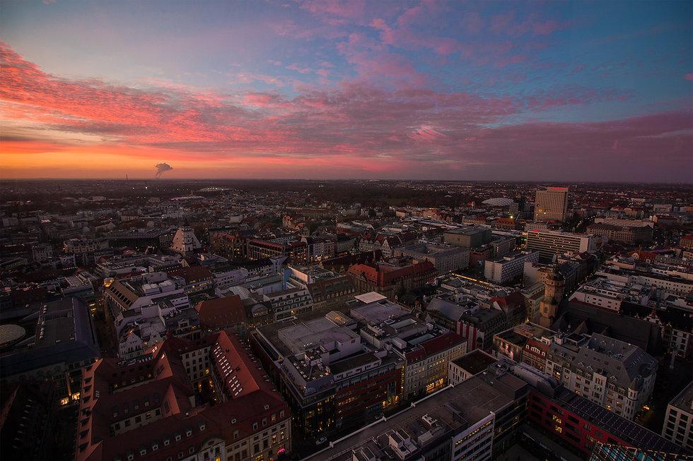 Skyline über Leipzig. Pinkfarbener Himmel. HEY Media Marketing. Help to exceed yourself. Social Media Marketing, Fotografie und Video mit dem Smartphone by Tom Williger.