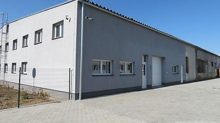 Pohľad_na_stenu_od_VU_a_vstup_do_budovy.