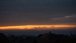 Goldener Streifen über den Alpen