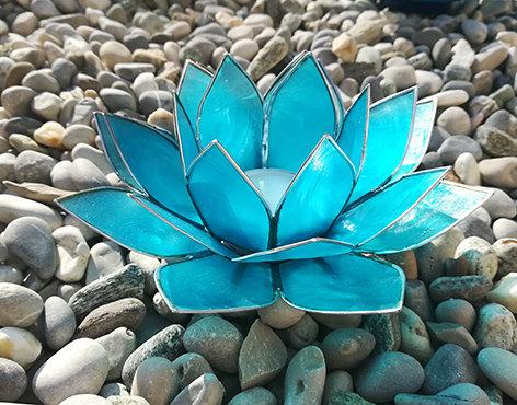 Lotus-Teelichthalter, eisblau mit Silberrand