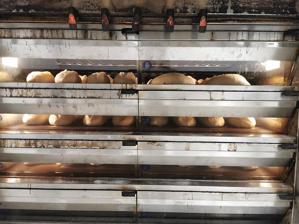 בתמונה תנור מלא בלחם מחמצת