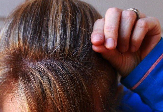 arrancar fios de cabelo grossos faz mal