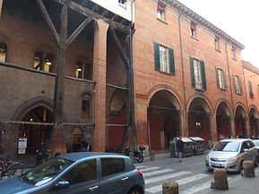 Bologna,_Strada_Maggiore_17.jpg