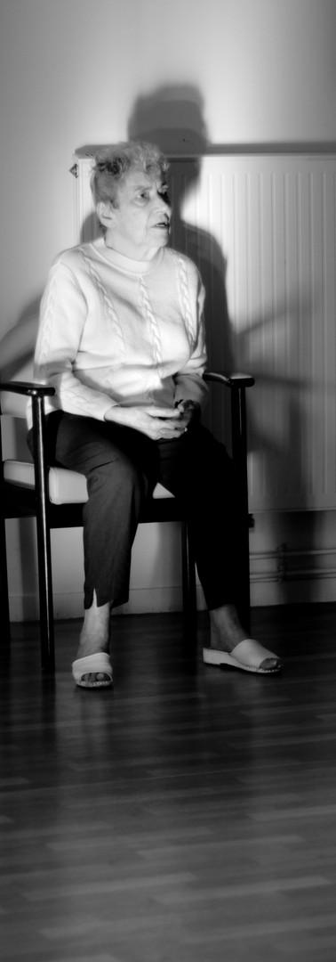 Mme Ravard assise