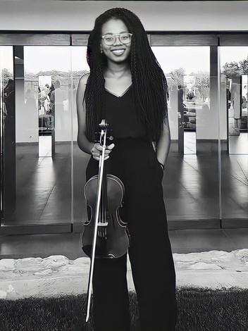 Jacqueline Monteiro, a violinista que quer retribuir o que a música lhe deu