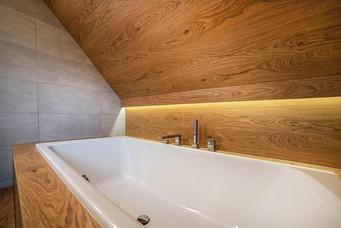 Dřevěný obklad i v koupelně.