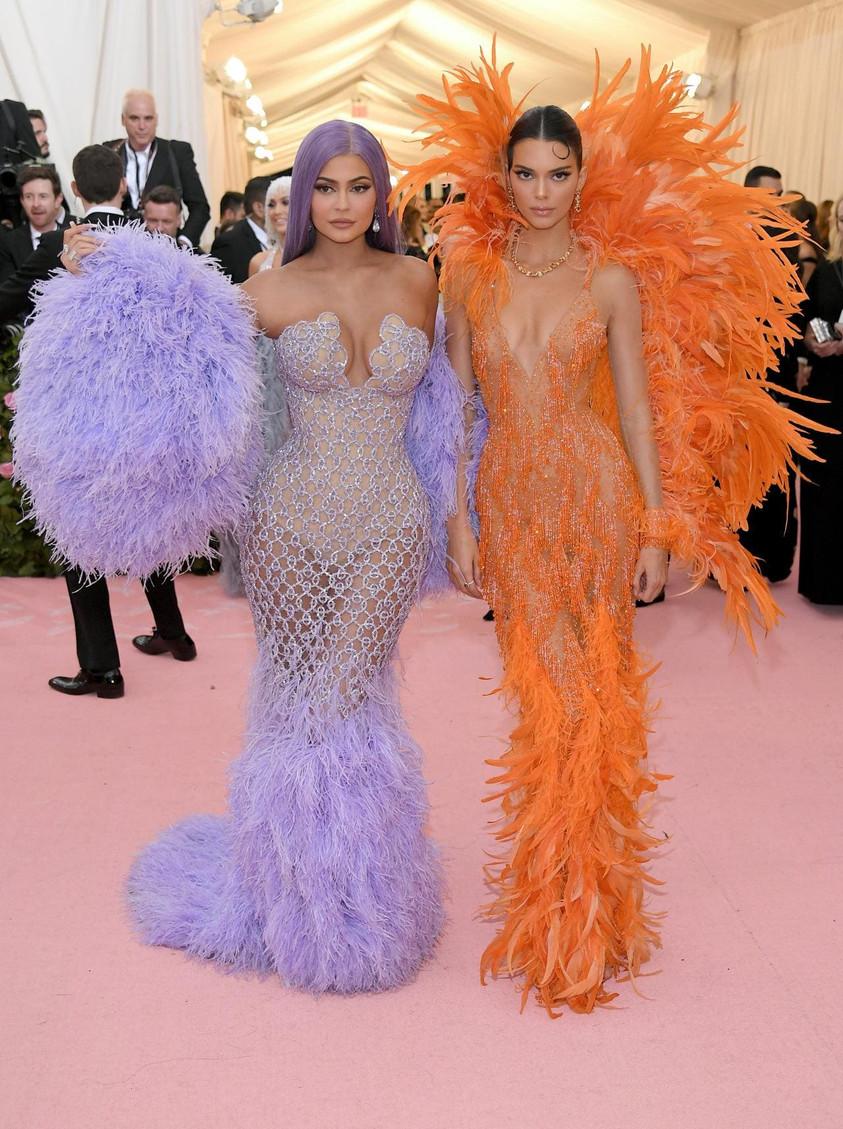 Kendall et Kylie Jenner en VERSACE