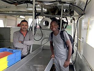 Franck Lakounji et le patron du navire '