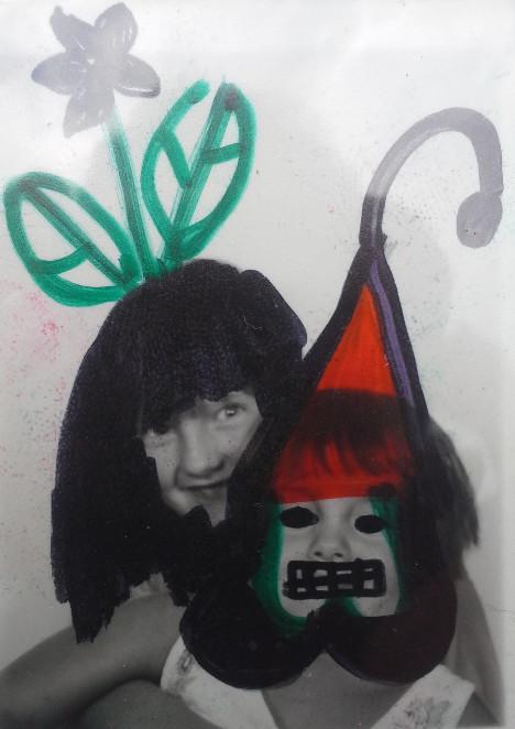 Carol Hutmacher und Patricia Hutmacher als Gartenzwerge