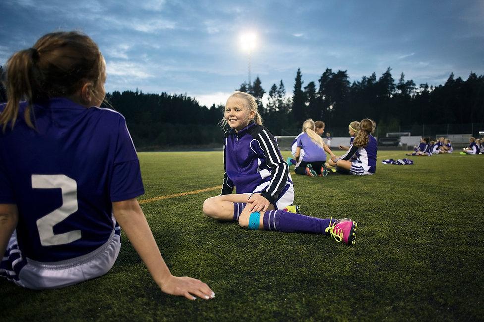 Dívky relaxační na fotbalové hřiště