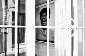 La cara en la ventana