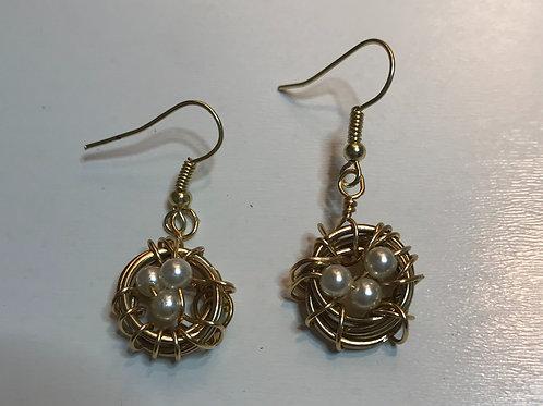 Birds' nest earrings in gold tone