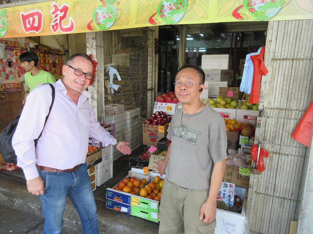Oliver Huesmann with chinese Fruit Seller