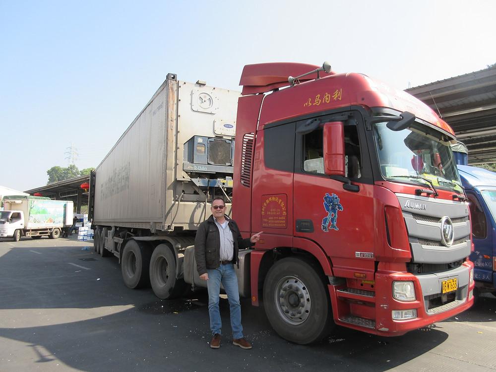 Oliver Huesmann  en el mercado mayoristas de fruta y verdura de Guangzhou / China