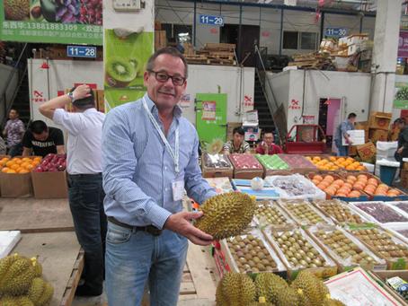 Oliver Huesmann besiegelt Lieferungen nach China mit Importeur aus Shanghai