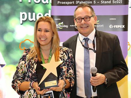 Oliver Huesmann   entrega el Premio de Estrella Internet a Nuria Martinez ( 5aldia )