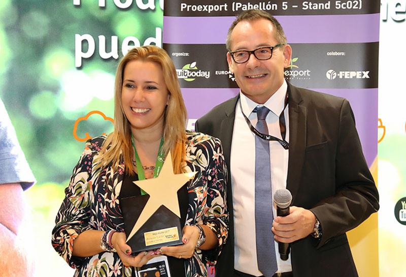 Nuria Martínez Barea  y Oliver Huesmann durante la entrega del Premio Estrella de Internet