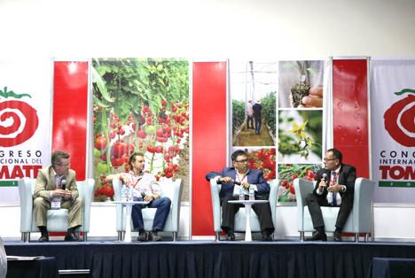 Oliver Huesmann discutiendo en el Congreso de Tomate de Mexico