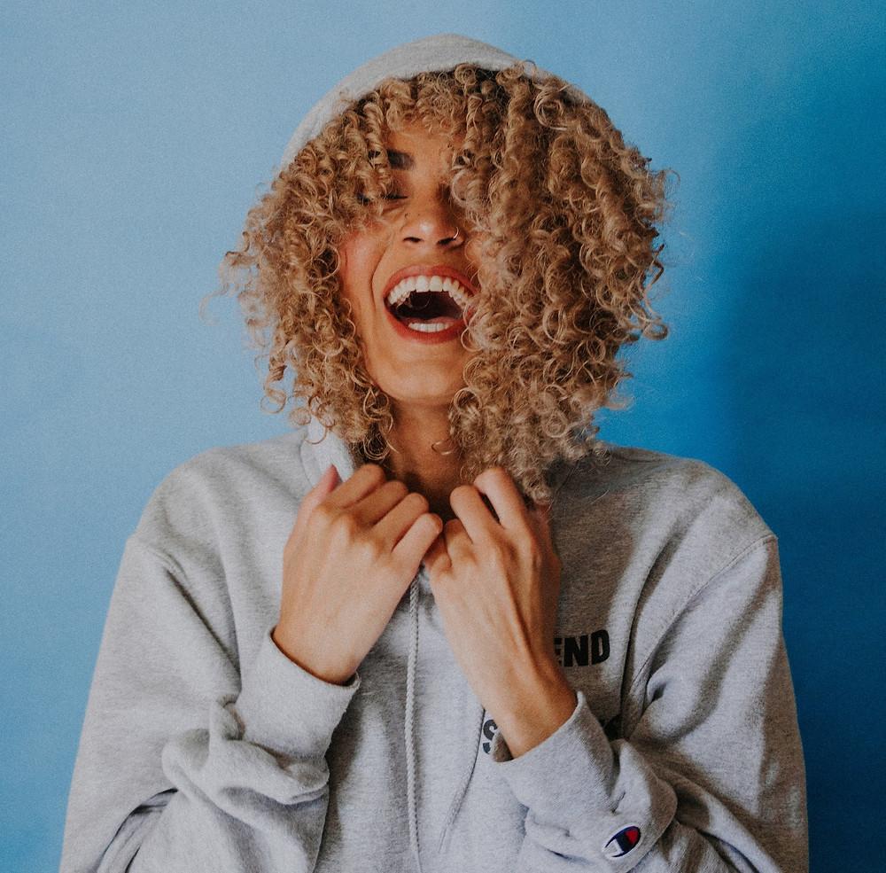 """Ако сте взели решението да поемете по пътя към здравата къдрава коса – значи сте на правилното място. Начинът за това е """"Curly Girl"""" метода и тук може да научите малко повече за него."""