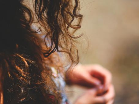 Дебелина на косъма при къдрава коса  -2 метода да определите вашия