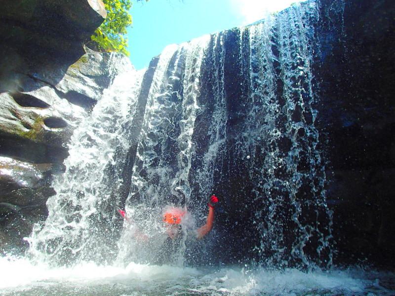 家族旅行・女子旅応援!沖縄旅行で石垣島・西表島へ遊びに行くなら、西表島ツアーランキング1位の西表島ケンガイドがおすすめする!人気のアクティビティツアー体験をご紹介、カヌー・SUP・スタンドアップパドルボード&トレッキングで滝めぐりやキャニオニングツアー、アドベンチャーボートで行くパナリ島シュノーケリングツアーを割引プランで体験出来る!