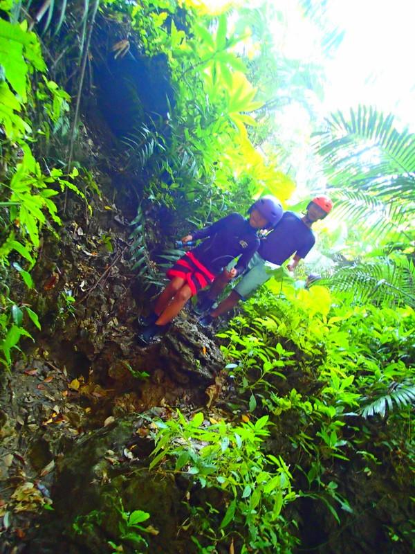 離島・西表島旅行で西表ツアーランキング人気のケンガイドがおすすめする西表観光アクティビティツアー・カヌーでマングローブ&ジャングル探検トレッキング滝巡り!神秘の鍾乳洞探検で感動体験!お得な割引家族旅行や女子旅応援!石垣島で卒業旅行を遊びつくそう!