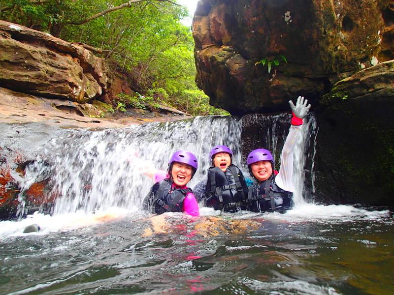 西表島ケンガイドがおすすめする西表島旅行で人気のアクティビティツアー体験、カヌーでマングローブクルーズ、トレッキングでジャングル探検滝巡り&キャニオングで遊ぼう!